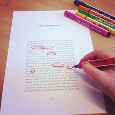 Gedichten creëren.  Er bestaan verschillende dichtvormen die je kan hanteren in de klas. Naast deze klassieke schrijfvormen kan je ook eens iets anders proberen om poëzie aan bod te laten komen. Je kan de leerlingen een gedicht laten doen ontstaan door woorden te selecteren (grammaticaal correct) in een bestaande tekst uit kranten, boeken, tijdschriften, …