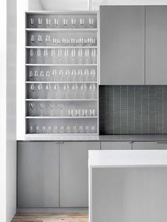 cozinha em tons de cinza e estante aberta