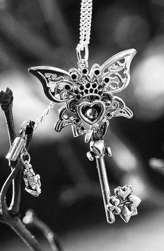 Alice in Wonderland Key Necklace Version 2 by KeypersCove Key Jewelry, Cute Jewelry, Jewelry Accessories, Jewellery, Antique Keys, Vintage Keys, Steampunk Accessoires, Old Keys, Keys Art