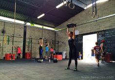 A turma anterior à minha terminando o WOD. Na foto, Paola Crespi, dona da Crespi Gym. #liacaldas40 #treinoliacaldas #crossfit #wod #fitness #fit #workout #malhacao #30tododia #exercicio #exercise #emagrecer #emagrecimento #weightloss #fatloss #emagrecimentosaudavel #emagrecimentonatural #vidasaudavel #qualidadedevida #saudavel #healthyliving #healthy #wellness