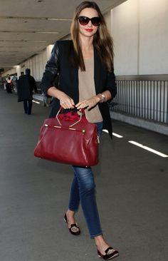 Blazer negro,  jeans pitillo, blusa nude  y accesosrios de 10: shopping bag en burgundy y slippers de terciopelo del mismo color.