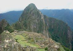 """Während die USA und Europa seit Jahrzehnten einem Anti-Drogen-Trip die Treue halten und im Kampf gegen Drogen jährlich Milliarden von Dollar ausgeben1 wird die """"Wurzel allen Übels"""", die Kokapflanze, in den Andenregionen sogar verehrt. Die Verehrung für die Pflanze geht soweit, dass Staaten wie Bolivien den Anbau von Koka zumindest für """"traditionelle"""" Zwecke legalisieren.2 Vielmehr sichert die unter Präsident Morales verabschiedete Verfassung der Pflanze sogar den Status eines """"nationalen ..."""
