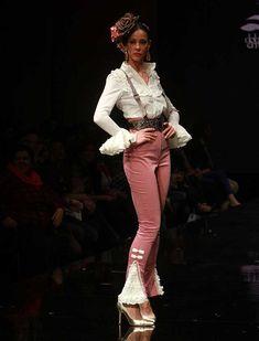 «Flamenkura» ha sido la apuesta de la diseñadora para este Simof 2016: una colección con vestidos con volantes canasteros, talles más cortos y el lunar como protagonista absoluto. (Rocío Ruz)