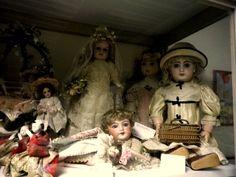 piccole e grandi bambole in porcellana  in una vetrina del museo delle bambole a Isle sur la Sorgue in Provenza