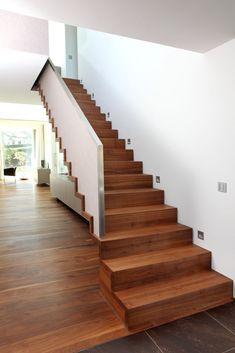 Treppe zu Galerie, nur Rückseite offen und der Seitenwand muss der Treppe ganz bedecken(keine Stufe mehr sichtbar).
