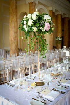 florero de color oro para decorar la mesa de tu boda