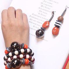Pulseira bracelete metal resina preto branco laranja vermelho I Brinco