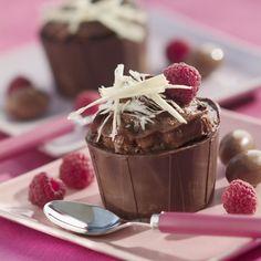 Faites fondre 200 g de chocolat au bain-marie. A l'aide d'un pinceau, badigeonnez l'intérieur des caissettes en papier d'une couche épaisse de chocolat (3 à 4 mm). Placez au réfrigérateur 2 heures. Faites fondre les 100 g de chocolat restants au four à micro-ondes selon le mode d'emploi. Ajoutez les jaunes d'œufs et mélangez. Battez les blancs en neige et incorporez-les délicatement. Placez la mousse 2 heures au réfrigérateur dans un saladier.