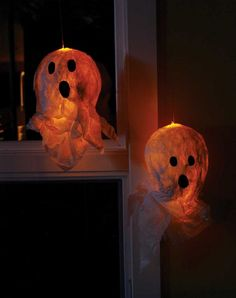 DIY Halloween decor/project: Guide trick-or-treaters and other friendly spirits to your front door with these easy-to-make papier mache ghostly lanterns. Holidays Halloween, Scary Halloween, Halloween 2018, Happy Halloween, Asylum Halloween, Halloween Stuff, Halloween Halloween, Ghost Decoration, Diy Halloween Decorations