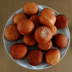 Magwinya is a favorite, tasty street food sold in Botswana and South Africa along with fried chips. Here is the recipe for these doughnuts. Kos, South African Recipes, South African Food, Africa Recipes, World Recipes, International Recipes, Doughnuts, A Table, Cooking Recipes