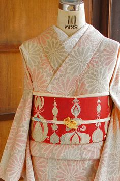 生成り色の地に、細かく繊細な蚊絣で織り出されたダイヤモンドモチーフのような花模様が愛らしい正絹紬の単着物です。