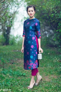 We don't sell any products. If you like this post pl save it and tag your friends . DM for credits or removal of this post. Vietnamese Traditional Dress, Vietnamese Dress, Traditional Dresses, Desi Wedding Dresses, Oriental Dress, Indian Designer Wear, Glamour, Designer Dresses, Designer Kurtis
