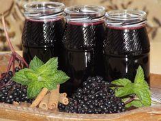 Przepis na rozgrzewający syrop z czarnego bzu. Owoce czarnego bzu obrać z baldachimów (najlepiej w jednorazowych rękawiczkach. Uwaga! Owoce silnie brudzą i pozostawiają plamy).