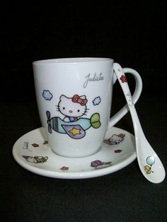 Pintar a mano tazas y platos « Ideas & Consejos Flower Pot Crafts, Flower Pots, Kids Plates, Cat Mug, Sanrio Hello Kitty, China Painting, Pottery Painting, Hand Painted Ceramics, Teller