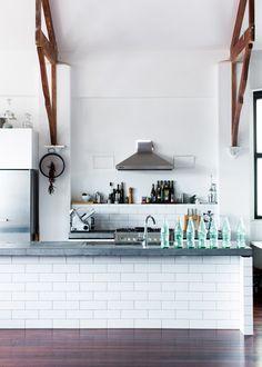 carrelage métro - subway tiles - cuisine - kitchen - blanc - white - poutre - beam - comptoir - island / counter
