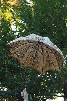 日傘 透かし刺繍を散らす-antique parasol 変化し去り往く日射しの一片を捉える様に。ふっくら、立体的に縫われたフランス刺繍のパターンが360度、先端の石突きに向かいお花の透かしと相まってエレガントな趣き。生地全体に染み、所々に小さな穴が御座います。ハンドルに何か付いていた跡が御座います。