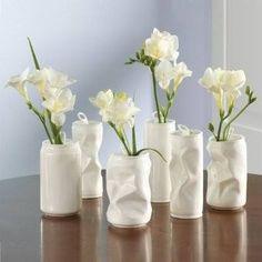 Latas de refresco pintadas y usadas como floreros