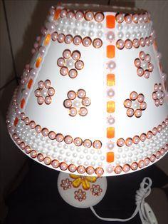 abajur decorado em meia perolas e lantejolas.....com passas fitas....aceito encomenda.... WhatsAap..041 98617571
