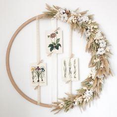 Un hula hoop con flores secas - tiene . Dried Flower Wreaths, Flower Garlands, Dried Flowers, Diy Earrings Easy, Hula Hoop, Deco Champetre, Fleurs Diy, Dried Flower Arrangements, Deco Floral