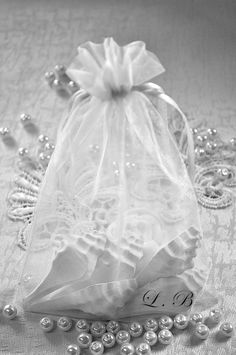 Sacchetto di organza bianco contiene, un mèlange di decorazioni profumate che creano un infinito profumo olfattivo inebriante e ineguagliabile. Decorazioni profumate esigono, la gradevolezza dei vostri desideri.