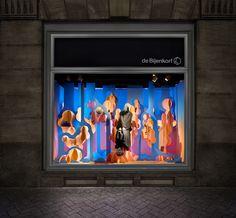 La marca de lujo parisina Hermès nos ha demostrado a últimas fechas que para ellos es muy importante el diseño de sus escaparates y que estan dispuestos a invertirles un gran presupuesto; en junio les presentamos el trabajo de ZIM & ZOU para su tienda de Barcelona y en esta ocasión la marca comisionó a Bonsoir Paris para que diseñara 5 escaparates en su sucursal de Amsterdam.