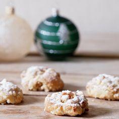 Štóla — Stollen — je tradiční vánoční německé pečivo z kynutého těsta s rozinkami a kandovaným ovocem. Často se do ní přidáva... Krispie Treats, Rice Krispies, Muffin, Breakfast, Desserts, Christmas, Food, Morning Coffee, Tailgate Desserts