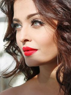 God spent a little mor time on Aishwarya Rai, with the beauty of red lips, dark eyes, loose waves. Aishwarya Rai Cannes, Aishwarya Rai Bachchan, Aishwarya Rai Makeup, Beautiful Eyes, Most Beautiful Women, Beautiful People, Mangalore, Miss World, Bollywood Stars