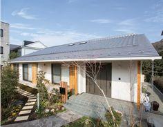 数寄屋風デザインの平屋の家。大屋根は一文字瓦とガルバリウム鋼板の葺分け仕上です。 和風・和モダン 