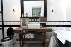 Med motorcykler på hylderne, høvlebænke på badeværelset og en fyldt garage har man formået at skabe mandens drømmebolig. Ugens udenlandske bolig ligger i Amsterdam og byder på en spændende industriel indretning.
