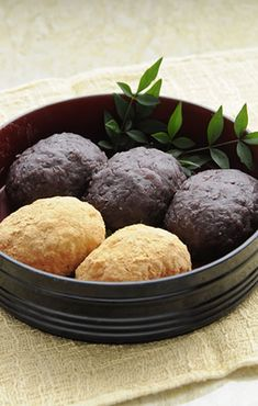 Ohagi, Japanese rice cake wrapped in azuki been paste or soybean flour おはぎ