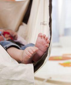 Da schauen nur noch die kleinen Füße aus der Babyhängematte Kangoo heraus.  #amazonashammocks #amazonasbabyworld #baby #happybaby #sleepingbaby #relax #kangoo #babyhammock #mother #happyfamily