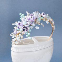 Девочки, давайте добавим нежности образу! Перед вами ободочек с цветами ручной работы и миксом стеклянных бусин с кристаллами (3400₽). Эту красоту может носить и маленькая девочка и юная девушка и не обязательно только по праздникам. Мы стоим того, чтобы радовать себя чаще!✌️ ⠀⠀⠀⠀⠀⠀⠀⠀⠀ _________________________________________ Girls, let's add tenderness to the image! You see a hair ring with handmade flowers and a mix of glass beads with crystals. This beauty can be use a litt...