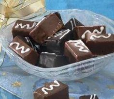 piškotové pralinky s mandlemi 150 gramů dětské piškoty 50 mililitrů vaječný likér 50 gramů moučkový cukr 75 gramů rostlinný tuk Hera 50 gramů strouhané mandle 100 gramů bílá čokoláda olej a moučkový cukr na vymazání a vysypání pekáčku