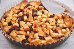 Een super lekkere & gezonde taart: appel-havermout taart met cranberry's en rozijnen! Super simpel om te maken en erg lekker als tussendoortje.