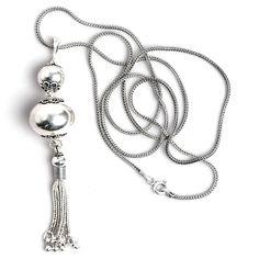 Pandantiv și lanț din argint, lucrate manual în Indonezia. Pandantivul este compus din două biluțe simple, de mărimi diferite, de care atârnă un ciucuraș simpatic și foarte mobil, care are același gen de lucrătură ca lanțul. Cu o patină discretă, lanțul lung și elegant completează perfect acest pandantiv care vine bine aproape la orice ținută. Pendant Necklace, Jewelry, Jewlery, Jewerly, Schmuck, Jewels, Jewelery, Drop Necklace, Fine Jewelry
