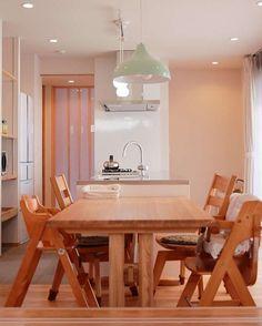 キッチンを囲む家のダイニングはキッチンとダイニングテーブルを横並びに配置しています . 少し広めの余白のある窓際のスペースは日当たりも良くお子さんが遊んだりゆっくりコーヒーを飲んだりできる空間その空間に並行にキッチンとダイニングテーブルが並んでいます . キッチンの側面にはコンセントを設けました ダイニングテーブルでホットプレートなどを置いて使うことも可能ですしキッチン家電用に使うことも可能です キッチンのすぐとなりにダイニングテーブルがあるので片付けも楽ですし自然に家族が料理や片付けのお手伝いができる配置になっています