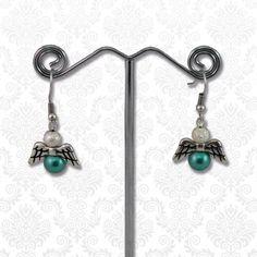 Engeltjes oorbellen groen  Deze cuties van DQ kwaliteit metaal met glasparels zijn perfect voor de aankomende feestdagen.