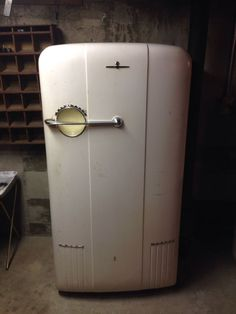 Kelvinator Refrigerator/Freezer, vintage rare era Model MM-R Vintage Fridge, Retro Fridge, Order Of The Dragon, Bar Accessories, Top Freezer Refrigerator, 1950s, Household, Art Deco, Cool Stuff
