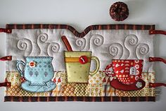 A french press cozy made and designed by Patchwork Pottery author. Would like as a mug rug. Mug Rug Patterns, Craft Patterns, Quilt Patterns, Mug Cozy, Coffee Cozy, Coffee Steam, Night Coffee, Coffee Scrub, Hot Coffee