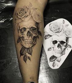 Romantic forearm tattoo - Awesome Forearm Tattoos ♥ ♥ Tatto caveira na panturrilha Tatto Skull in Calf Romantic forearm tattoo - Awesome Forearm Tattoos ♥ ♥ Tatto Skull, Skull Rose Tattoos, Skull Sleeve Tattoos, Forearm Sleeve Tattoos, Sleeve Tattoos For Women, Leg Tattoos, Body Art Tattoos, Skull Tattoo Design, Pretty Skull Tattoos