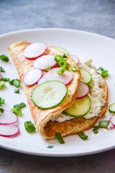Omlet ziołowy z ogórkiem i rzodkiewką BEZ MĄKI
