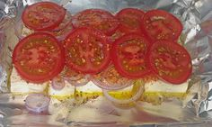 Feta mit Zwiebeln und Tomaten in Alufolie Feta with onions and tomatoes in aluminum foil Egg Recipes, Raw Food Recipes, Seafood Recipes, Snack Recipes, Cooking Recipes, Hamburger Meat Recipes, Meatball Recipes, Potato Vegetable, Vegetable Dishes