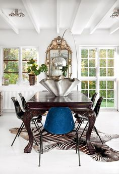 Mixing a formal table with casual chairs ( and often more comfortable! ) creates a dining space guests where guests will linger.