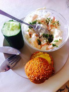 Frokost  hytteost med mayo rejer, røget laks 1/3 agurk   LCHF bolle med smør
