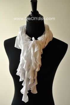 Great no-sew scarf tutorial.in the mood for gift-making. No Sew Scarf, Scarf Shirt, Shirt Scarves, Ruffle Scarf, Tee Shirt, Look Fashion, Diy Fashion, Fall Fashion, Fashion Trends