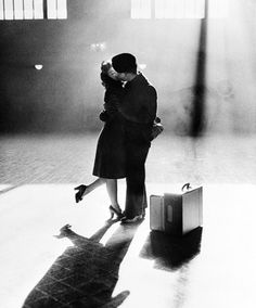 Mary Rae Bingham kisses her boyfriend, Gordon Kiester, in the sunshine from a window at Michigan Central Station in Detroit, MI on Dec. Kiester was about to return to his duties as a sailor after a Christmas holiday break. Photo by Bettmann/Corbis Photos Du, Old Photos, Vintage Photos, Stock Photos, Iconic Photos, Life Magazine, Patrick Modiano, Romantic Photos, Romantic Things
