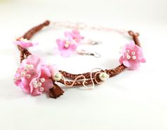 Pink Bloom- Colier si cercei cu flori textile roz, pe baza de snur impletit maro (52 LEI la irinarosca.breslo.ro)
