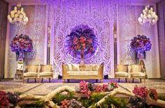 Gold, dan putih. Classy wedding decoration