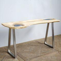 Bureau Crystal pièce unique. Le plateau est en bois de suar avec résine. Les pieds sont en acier inoxydable. Une création contemporaine et exclusive pour un bureau design à vivre.