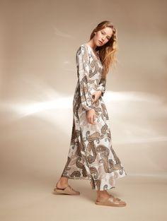 Hulmuhelmainen mekko on paitsi mukava päällä myös nopea ratkaisu asupulmiin. Eri tavoin yhdistelemällä ja asusteita vaihtamalla se taipuu moneen menoon. Home Trends, Fashion 2020, Summertime, Fashion Looks, Bohemian, Boho